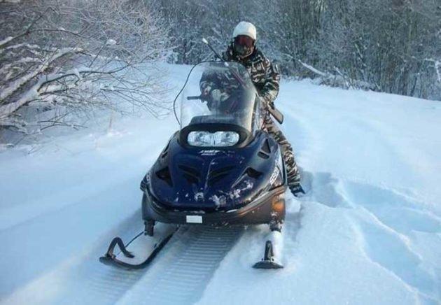 Для охоты на снегоходе понадобится теплая одежда и защитные очки