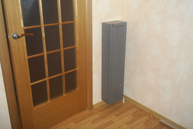 Размещение сейфа в скрытом от посторонних глаз месте за дверью