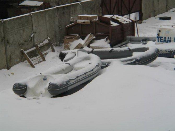 Храненить лодку в зимний период под открытом небом не рекомендуется