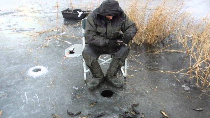 Рыбак возле лунки